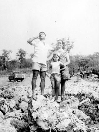 Azevedo António e família - Estação de captação de água - Lucapa - 1973