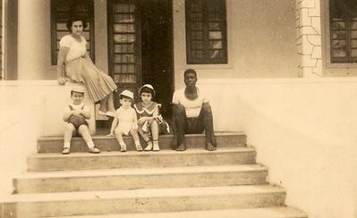 D. Fernanda Piedade e filhos: Carlos, Fernando e Maria João