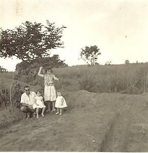 Perto de Maludi Encarnação e familia - Maria Emilia, Olinda e Ju