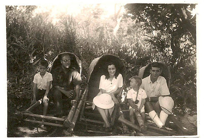 """Sombo - fins de 40s ou 1950 Da esq para a dir.Claudio Renato Sobral, Sobral e esposa, filha Lita, enfermeiro Caleia.   """"Fomos de tipoia ao Chambungo e atravessamos 2 vezes o Luachimo com as tipoias em cima de canoas""""- Renato Sobral."""
