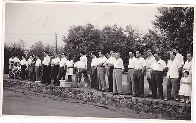 Andrada - campos de tenis    Ze' Pereira (o ultimo de calcoes). Tavares, o Xico Pires de calcoes brancos no meio da foto, o Lourenço pai da Vanda, entre o Marques Correia e o Jorge Graca ( o da direita), o Joaquim Gameiro de óculos escuros, Artur Sousa (electricista)
