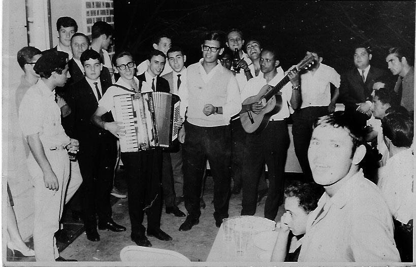 Na casa do pessoal de Andrada 1964?.  Por detrás do acordeonista Luis Nascimento e  pai Antonio Nascimento e o António Canhão Veloso. Do outro lado está o Herculano Ramos, o Dionísio e o Zé Tó Canhão Veloso. O vocalista é o Rebocho e ao fundo também está o Manuel Pereira.
