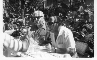 Estufa de Andrada - Rosendo e Valente, pai do Joãozinho, num almoço comemorativo da vitória do Benfica no Campeonato Nacional 1970-1971  (a mão é do Sr Marvanejo).