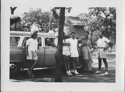 1956 -Viagem à área de Tambua Lumé. Dentro da viatura é o Engº Delville ..?, Champlon, eng. Arruda, Meneses Pereira, ...?