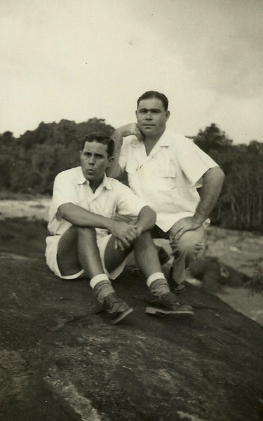 Joaquim Saldanha à esquerda - Dundo, 10 de Abril de 1955