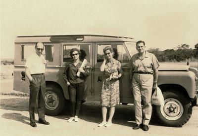 1965, Cuango, Set Casal Dr. Rocha Afonso e casal Dr. Santos David com um Land Rover