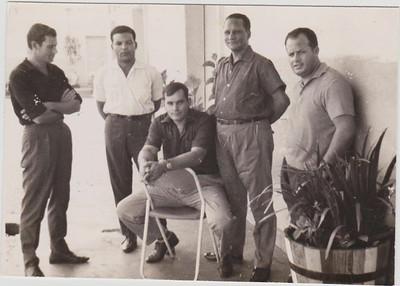 Bairro contratados Dundo - 1962  Os dois 1ºs eram milicias, o sentado parece o Ilídio Fernandes, a seguir Cordeiro e Serraventoso