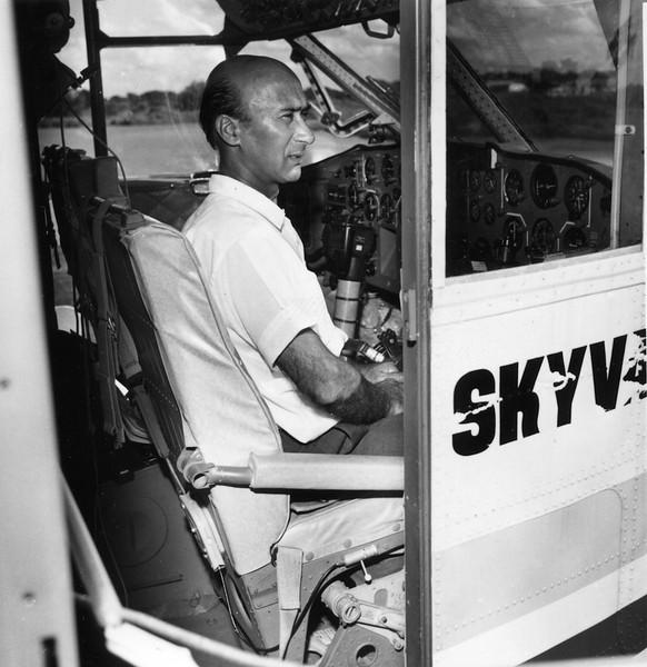Comandante Manuel Valente aos comandos do Skyvan.