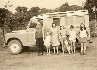 Familia Grova e Peles junto dum Land Rover