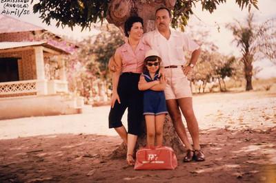 A família Melo Abreu (Ester, Fernando e Misita) - Camissombo, Abril/58 De viagem de Saurimo (Henrique de Carvalho), via Camissombo (Veríssimo Sarmento), a caminho do Dundo, tendo sido o destino final, Andrada