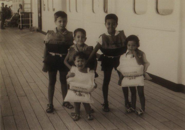 1966-Regresso à Lunda-No navio Príncipe Perfeito durante simulacro de Naufrágio - Chico Figueiredo, Rui Martinho, Sandra Martinho, Álvaro e Palmira Figueiredo