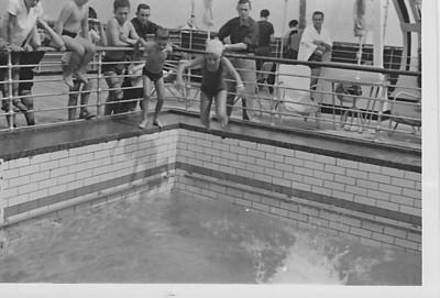 Imperio 1964 Beka e Zelinha Adalberto saltando na piscina do barco