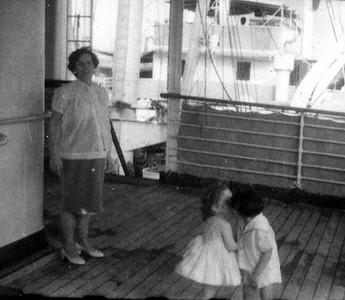 A bordo do Quanza D. Branca  Luna de Carvalho e filho David ( 1* beijo do David)