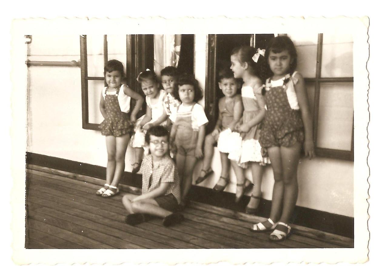 Barco mercante,  Manas Cerejeiras de calcoes escuros: Teresa e Guida, e  manos Manuel Augusto : Jome' e Elza na janela da direita