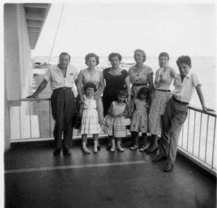 Lobito 1957 - 'a espera de barco no Lobito  Casal Loureiro com a filha Luisa Loureiro, sra do Pontes com a filha Cecilia e....???