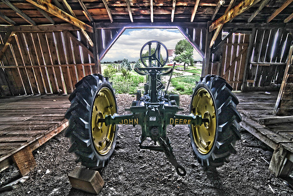ANTIQUE JOHN DEERE TRACOR