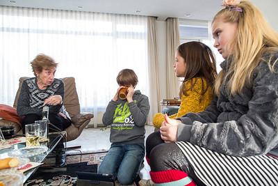 'Oorlog in mijn Buurt' Bennebroek, 4 februari 2015, kinderen van de Anne Frankschool uit Amsterdam interviewen  Annelies Arens-Jacobi over de oorlog, foto: Katrien Mulder