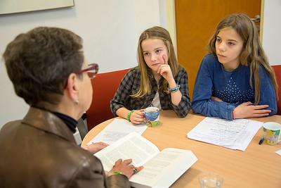 Amsterdam, 14 januari 2015, Oorlog in mijn buurt, interview van leerlingen van de Anne Frankschool met Berdi Vieyra-Pront,  foto: Katrien Mulder