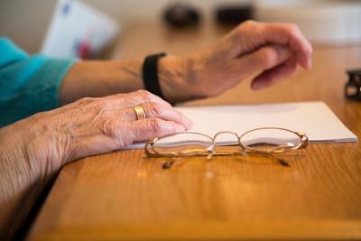 oorlog in mijn buurt, leerlingen van de derde dalton in de pijp interviewen de 92 jarige mevroyw de Haas-Vyth, 12 april 2013, foto: Katrien Mulder