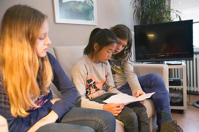 'Oorlog in mijn Buurt' Den Haag, 26 januari 2015, leerlingen van de Amsterdamse Anne Frank school interviewen Lowiena de Levie over de oorlog, foto: Katrien Mulder