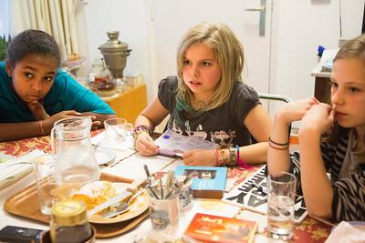 Project 'Oorlog in mijn buurt' Miriam, Angie en Zoe bij  Mirjam Ohringer, 14 november 2012, foto: Katrien Mulder