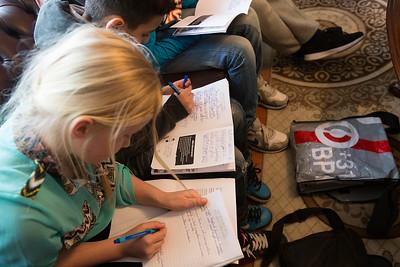 Oorlog In Mijn Buurt, Ali Schepres wordt geinterviewd door leerlingen van de Klimop School  over de oorlog. 26 maart 2015, foto: Katrien Mulder