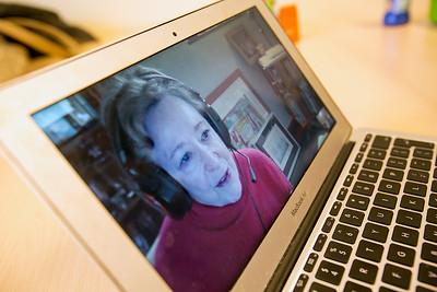 Anki Flores Tauber, vorr 'Oorlog In Mijn Buurt' geinterviewd door leerlingen van de Anne Frankschool. Amsterdam. 25 maart 2015, foto: Katrien Mulder
