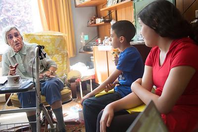 Oorlog in Mijn Buurt, rivierenbuurt, juni 2014, leerlingen van de catharinaschool interviewen Ardi Lodder over de oorlog, foto: Katrien Mulder