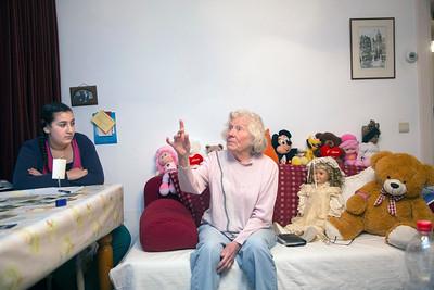 Amsterdam Zuid, Pijp, Diamanybuurt,  9 november 2012. foto: Katrien Mulder. Oorlog in mijn buurt, Kinderen intervieuwen  buurtbewoonster Henny Wiese, geboren 1933  over de oorlog.