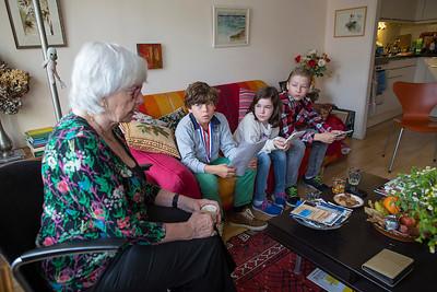 Oorlog in Mijn Buurt. Marion Kunstenaar wordt geinterviewd over de oorlog door Olivier, Mijntje en Stan,   leerlingen van de Anne Frank school. 27 oktober 2014, foto: Katrien Mulder