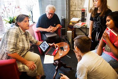 Oorlog in Mijn Buurt, rivierenbuurt, juni 2014, leerlingen van de Catharinaschool interviewen Simon Kool en An Huitzing over  Annemie en Helmuth Wolf foto: Katrien Mulder