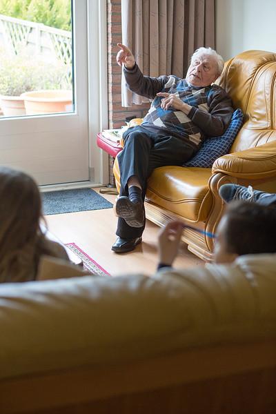Oorlog In Mijn Buurt, leerlingen van de Klimop school interviewen Theo Schouwmans over de oorlog, 27 maart 2015, foto: Katrien Mulder