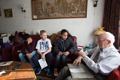 OIMB kinderen van de klimop school interviewen de heer  hibbel over de oorlog, 15 april 2015, foto: Katrien Mulder