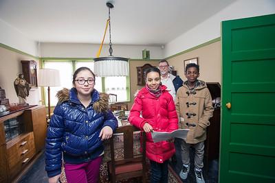 OIMB, kinderen van de Poolster interviewn de heer baardwijk in de museumwoning over de oorlog, 8 april 2015, foto: Katrien mulder