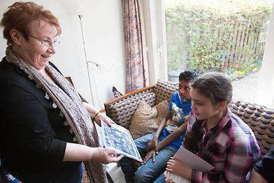OIMB kinderen van de poolster interviewen mevrouw kroese over de oorlog, foto Katrien Mulder, 10 april 2015