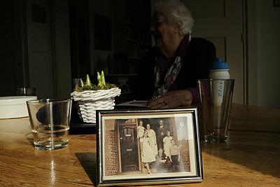 oimb leerlingen de Elout interviewen mevrouw van der Grift over de oorlog, foto: Mirjam Schut