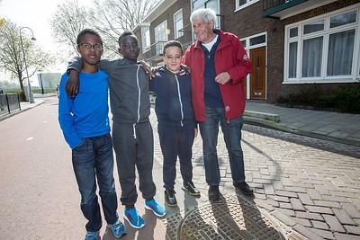 Oorlog In Mijn Buurt 24 april 2015, foto voor Kidsweek, leerlingen van de klimop school met  'hun' geinterviewde, foto: Katrien Mulder