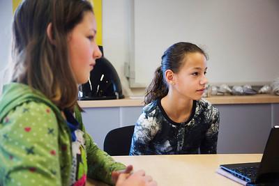 ' Oorlog in Mijn Buurt' Amsterdam, 23 januari 2015, leerlingen van de ASVO school interviewen Louise Tuijl over de oorlig, foto: Katrien Mulder