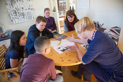 Oorlog In Mijn Buurt, leerlingen van de Elout interviewen Annechien Verhey over haar famulie. 12 maart 2015, Foto: Katrien Mulder