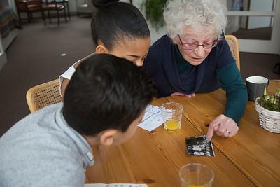 Oorlog In Mijn Buurt, leerlingen van de Elout interviewen mevrouw Mater over de oorlog. 9 maart 2015, Foto: Katrien Mulder