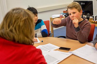 'Oorlog in mijn Buurt', 28 januari 2015, leerlingen van de Anne Frankschool interviewen Monica Kaltenschnee over Annemie Wolff, oto; katrien mulder