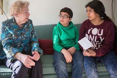 Oorlog In Mijn Buurt, leerlingen van de Elout interviewen mevrouw Kroes over de oorlog. 12 maart 2015, Foto: Katrien Mulder