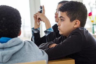 Oorlog In Mijn Buurt, mevrouw Willy Scholte wordt geinterviewd door leerlingen van de Klimop School un AmsterdamNoord over de oor;og. 26 maart 2015. foto: Katrien Mulder