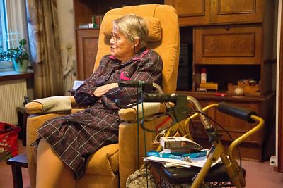 project 'oorlog in mijn buurt', Ayah en Kim interviewen mevrouw Nieuwenhuis over de oorlog in de pijp, 15 november 2012, foto: Katrien Mulder