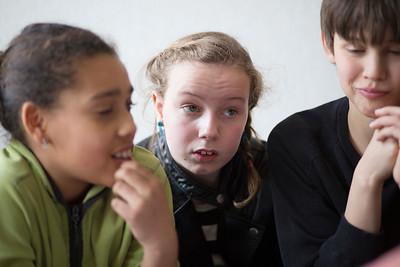 oorlog in mijn buurt, leerlingen van de rijk kramerschool interviewen mevrouw Schouten  over de oorlog, 6 maart 2015, foto: Katrien Mulder