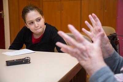 Amsterdam, Zuid, Pijp, 12 november 2012, Inssaf en Dana interviewen mevrouw Jetty Philippus (92) over haar leven in de Pijp tijdens de oorlog. foto Katrien Mulder