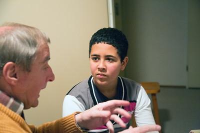 Oorlog in mijn buurt, kinderen (youssef en hicham) interviewen de heer en mevrouw Dekker (broer en zus) over hun jeugd tijdens de oorlog. 25 november 2012, foto: Katrien Mulder