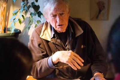 Amsterdam, Zuid, Pijp, 13 november 2012, Jasleen en Samra interviewen Fons Eickholt over zijn leven in de buurt tijdens de oorlog, foto: Katrien Mulder