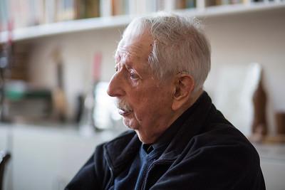 'Oorlog in mijn Buurt' 27 januari 2015, leerlingen van de ASVO school interviewen Wim van Norden, oud hoofdredacteur van het Parool. over de oorlog. Foto: Katrien mulder