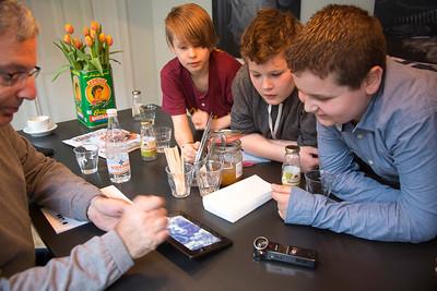oorlog in mijn buurt, leerlingen van de derde daltonschool in de pijp praten met Arnold Dreesse   over zin ouders in de oorlog. foto: Katrien Mulder